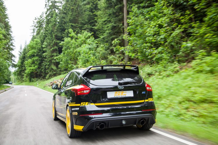 Was er vorne reinsaugt, lässt er hinten wieder raus: Der 2.3-Ecoboost-Motor generiert im Ford Focus RS einen gesund sportlichen Klang.
