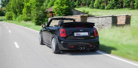 Auf der Landstraße wohl eher von hinten zu sehen: Das MINI John Cooper Works Cabrio.