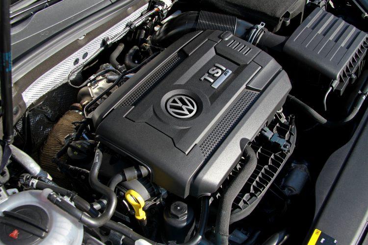 Der ganze Stolz: Mit bis zu 400 PS wird der 2.0-TSI-Motor des Golf 7 R Variant ordentlich gefordert.