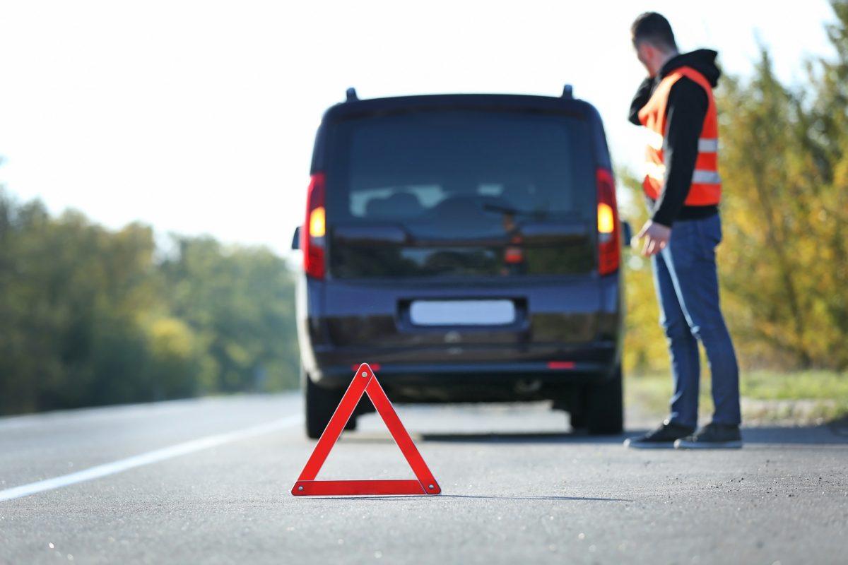 Die Unfallstelle abzusichern ist der erste Schritt nach dem Unfall.