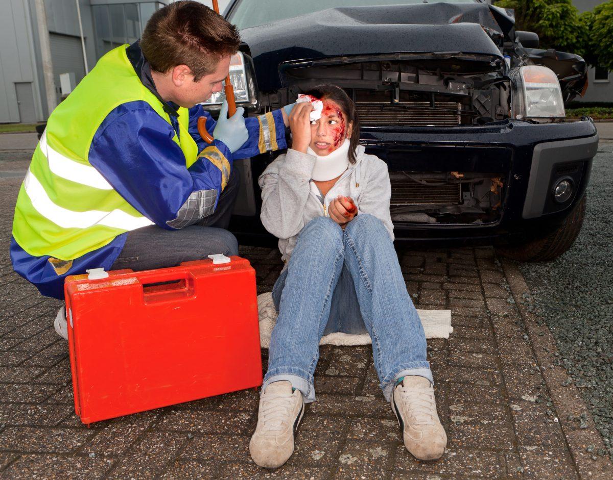 Es ist Pflicht, sich um verletzte Personen bei einem Unfall zu kümmern. Im Ernstfall kann dies sogar Leben retten.