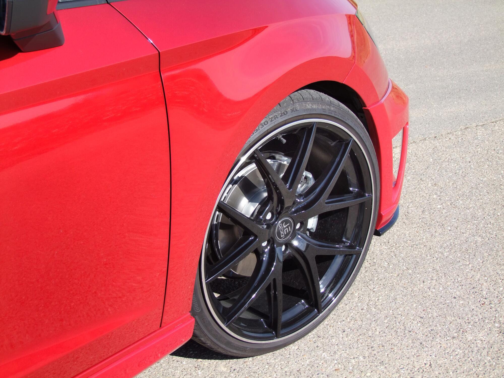 Hauseigene Räder in glänzendem Schwarz sorgen Seat Leon FR 5F von JE Design für das passende Kontrastprogramm.