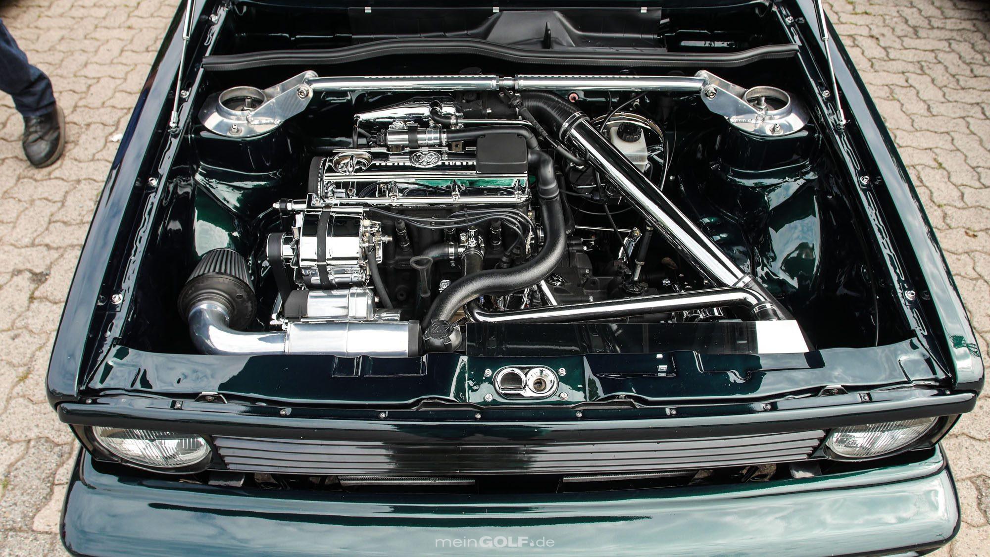 Im Motorraum setzt das VW Golf Cabrio voll auf Chrom!