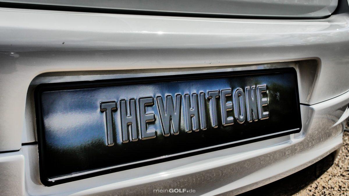 """Hier steht es am VW Golf V schwarz auf weiß: """"TheWhiteOne""""!"""