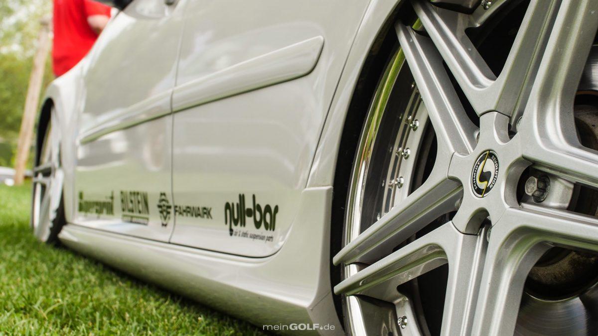 Lässig am Boden liegt der VW Golf V