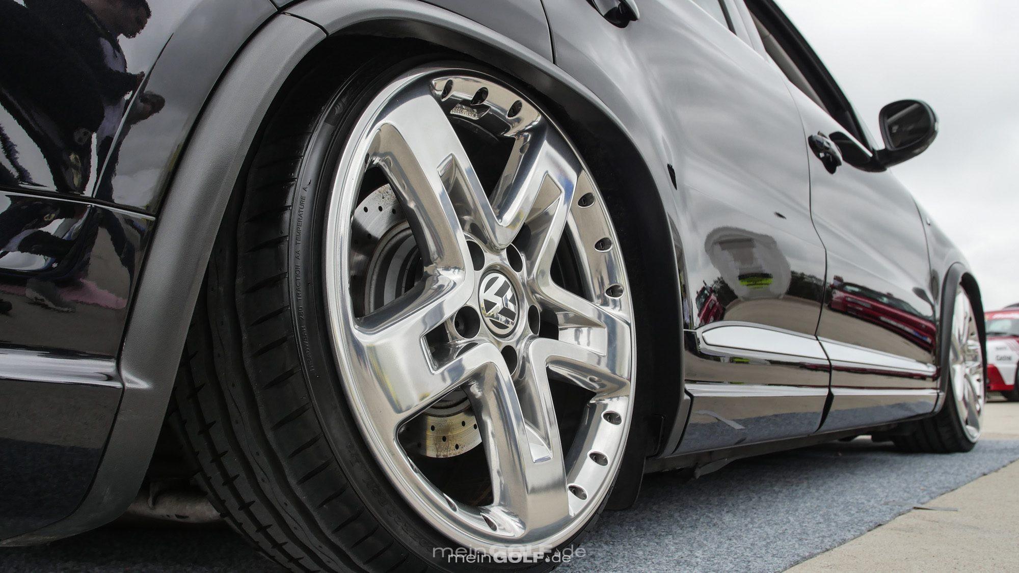 Strahlende Chromräder auf dem VW Tiguan