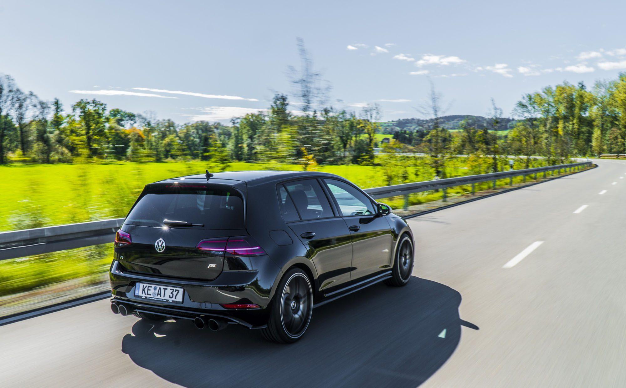 Der VW Golf 7 R Facelift von ABT Sportsline auf der Landstraße