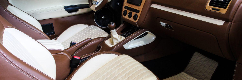 Innenaufnahme eines VW Golf MK5 mit hochwertigem Interieur