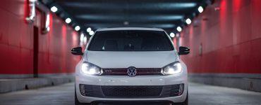 VW Golf steht in einem Tunnel.