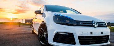 Frontansicht VW Golf R bei Sonnenuntergang