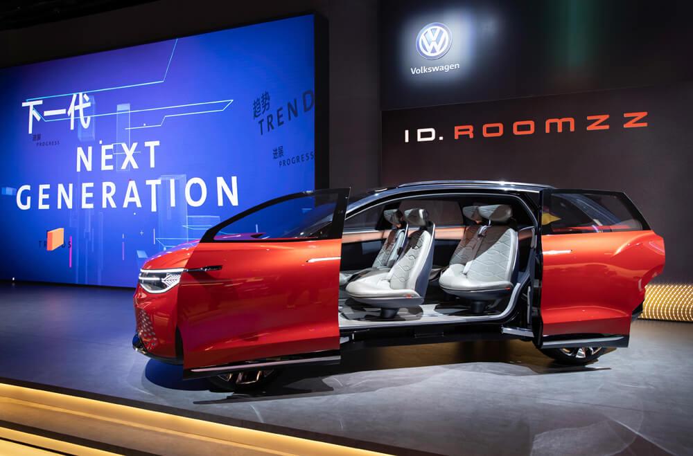 VW ID ROOMZZ Seitenansicht mit geöffneten Türen