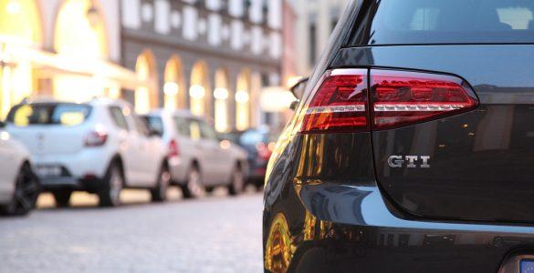 VW Golf in der Stadt